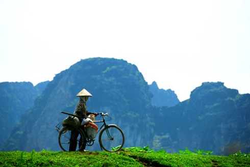 woman-on-bicycle-kenh-ga-vietnam